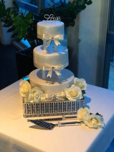 traditional 3 tier wedding cake are still very popular