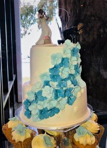 2 tier wedding cake with cupcakes