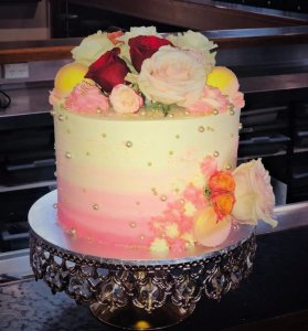 One Tier Wedding Cake With macaroons And Fresh roses